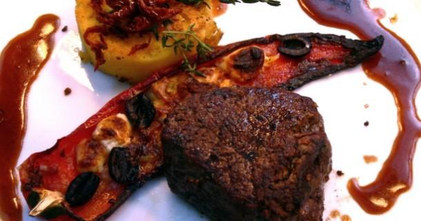 Rinderfilet vom Grill mit Polenta und Spitzpaprika mit Fetakäse gefüllt